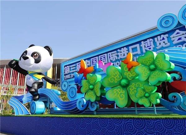 第三届中国国际进口博览会 中国刺绣《满园春色》饮誉世界