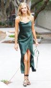 从Gigi贝嫂到小KK 骨灰级时髦精夏天都在抢穿这条裙